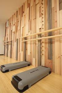 昇降台と組木の壁